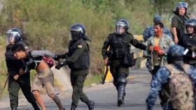 Miembros de la Policía Boliviana se llevan detenidos a manifestantes, en un operativo conjunto con las FF.AA.