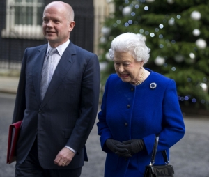 La reina Isabel II y el canciller británico William Hague