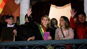 La autoproclamada presidenta interina de Bolivia, Jeanine Áñez, junto a Luis Fernando Camacho y los Santos Evangelios